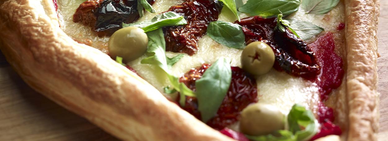 Focaccia salata con pomodori secche e olive verdi